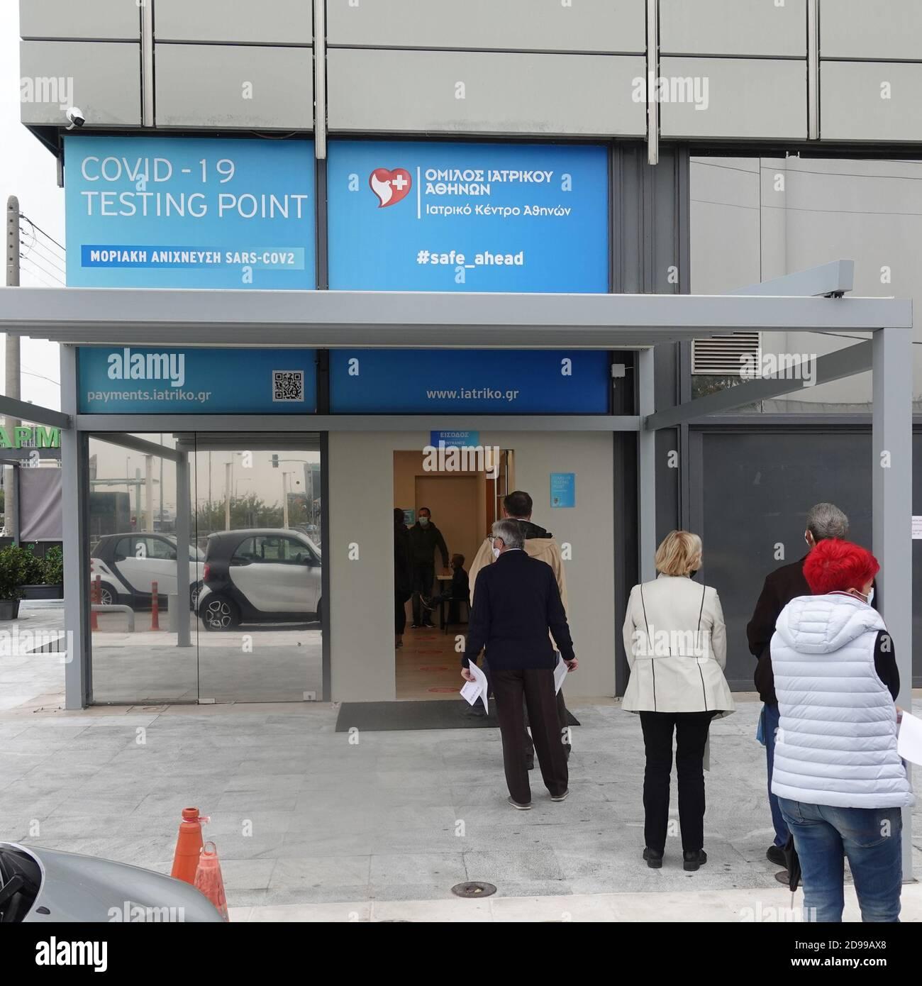 Atene, Grecia - 3 novembre 2020: Persone in attesa all'ingresso del sito di test di rilevazione molecolare covid-19 durante la seconda ondata del coronavir Foto Stock