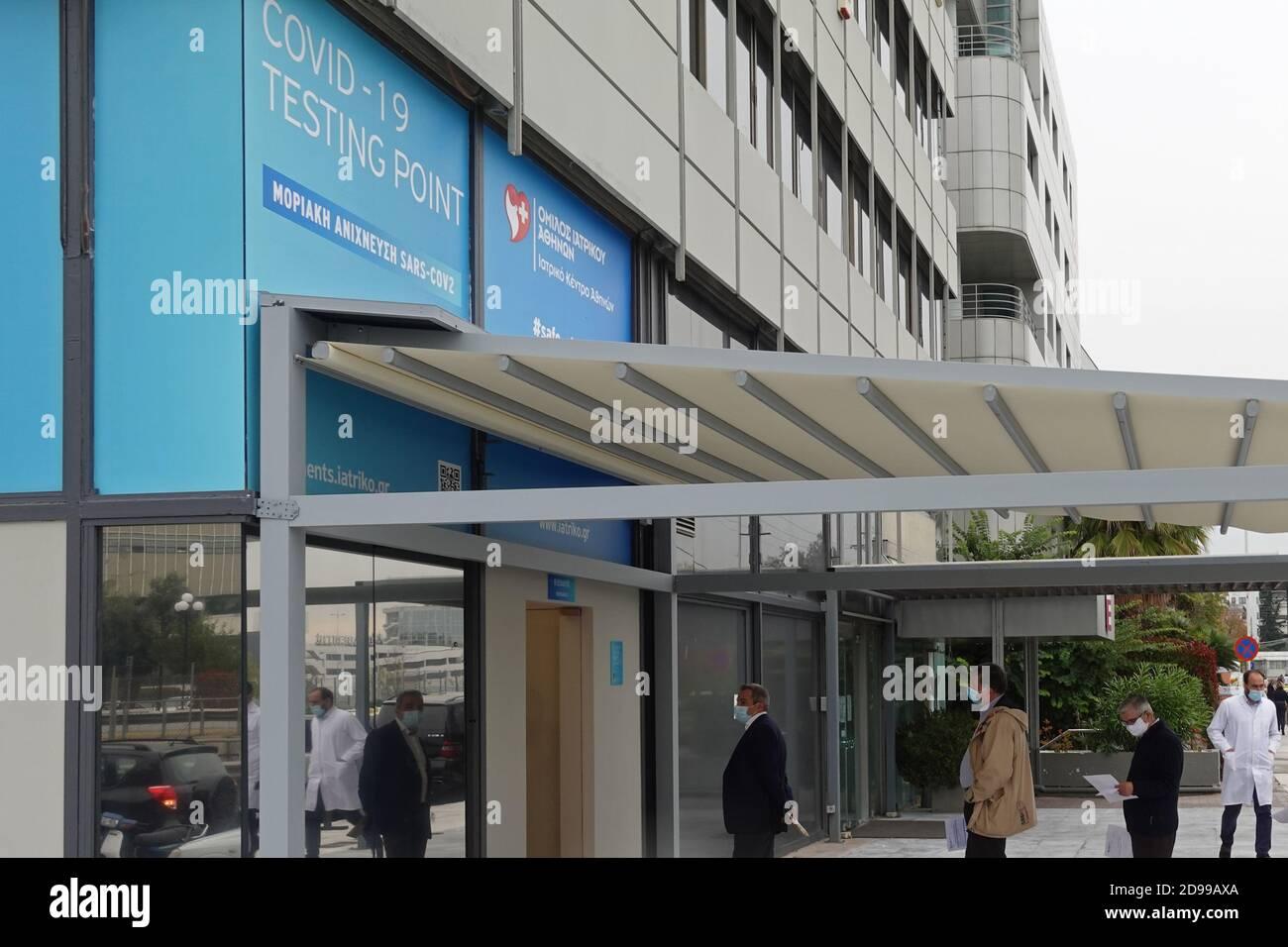 Atene, Grecia - 3 novembre 2020: Persone in attesa in coda al covid-19 coronavirus test point. Rilevazione molecolare del virus sars-COV-2. Foto Stock