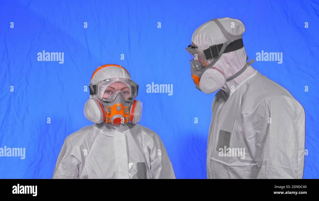 Medico operatore sanitario in respiratore. Movimento lento. Persone ritratto, indossare proteggere protezione antibatterico medico spray spray antivirale maschera. Foto Stock