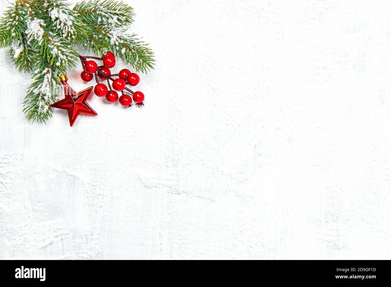 Decorazione di Natale e rami di pino su sfondo luminoso Foto Stock