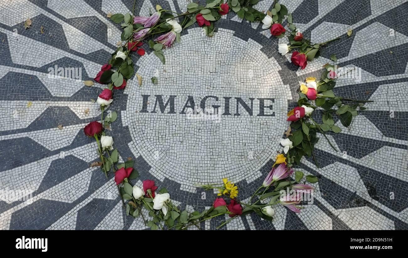 John Lennon Memorial a Central Park, NY, USA, fa parte di Strawberry Fields progettato dall'architetto paesaggista Bruce Kelly ed è dedicato alla memoria di John Lennon, assassinato di fronte al Dakota Building l'8 dicembre 1980 da Mark David Chapman Foto Stock