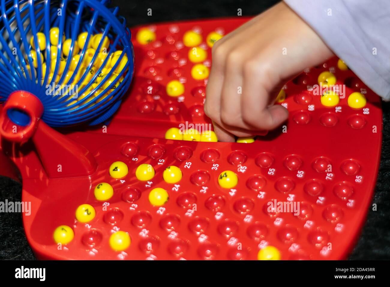 Bambini che giocano durante Covid19 volte, gioco di bingo Foto Stock
