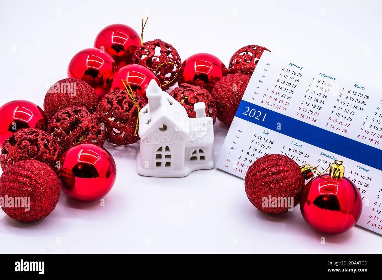 Natale 2021 Calendario.Casa Giocattolo E Calendario 2021 Palle Rosse Di Natale E Casa Calendario 2021 E Palle Di Natale Foto Stock Alamy
