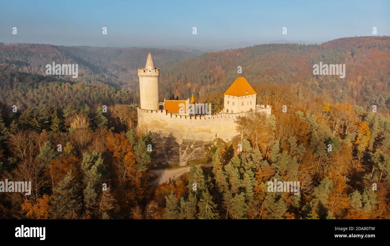 Vista aerea della caduta del vecchio castello di pietra di Kokorin costruito 14 ° secolo. Si trova nel mezzo della riserva naturale su Un ripido sperone roccioso sopra il Kokorin Foto Stock