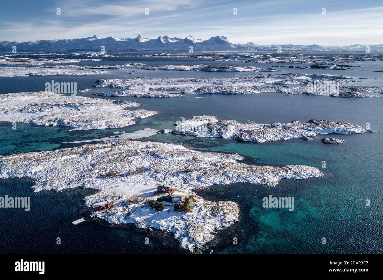 Catena montuosa innevata sette Sorelle, De syv Sostre, Sju Sostre, fronte arcipelago invernale isole in mare, Heroy, Nordland, Norvegia Foto Stock