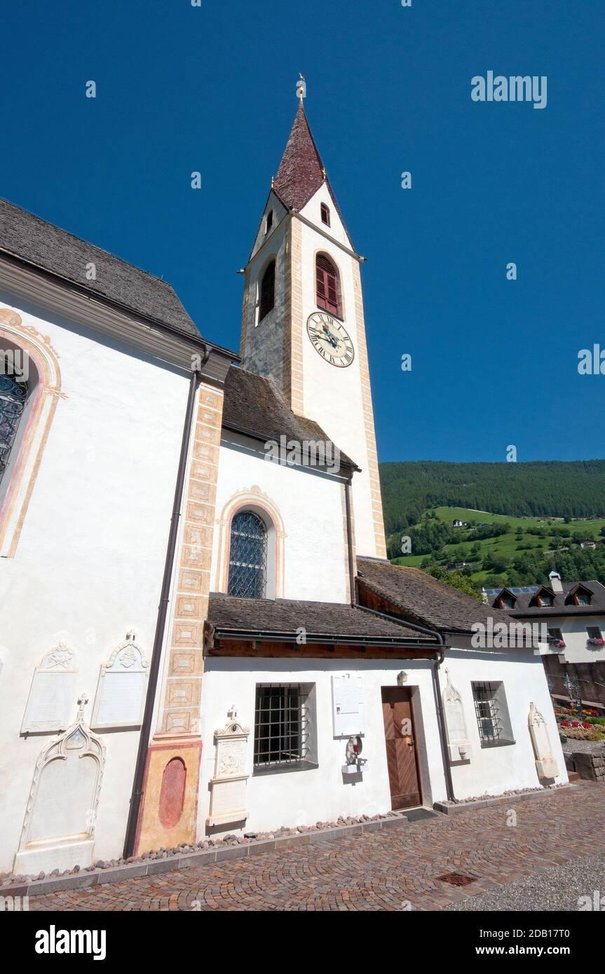 Chiesa parrocchiale di Santa Walburga nel villaggio di Martell, Valle Martelltal, Bolzano, Trentino-Alto Adige, Italia Foto Stock