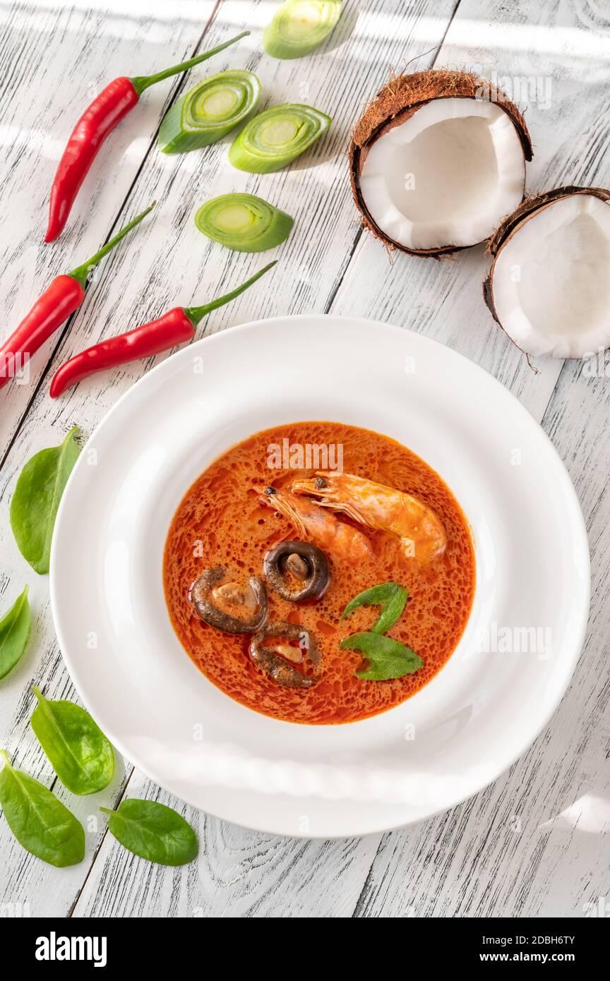 Porzione di Tom Yum - famosa zuppa tailandese Foto Stock