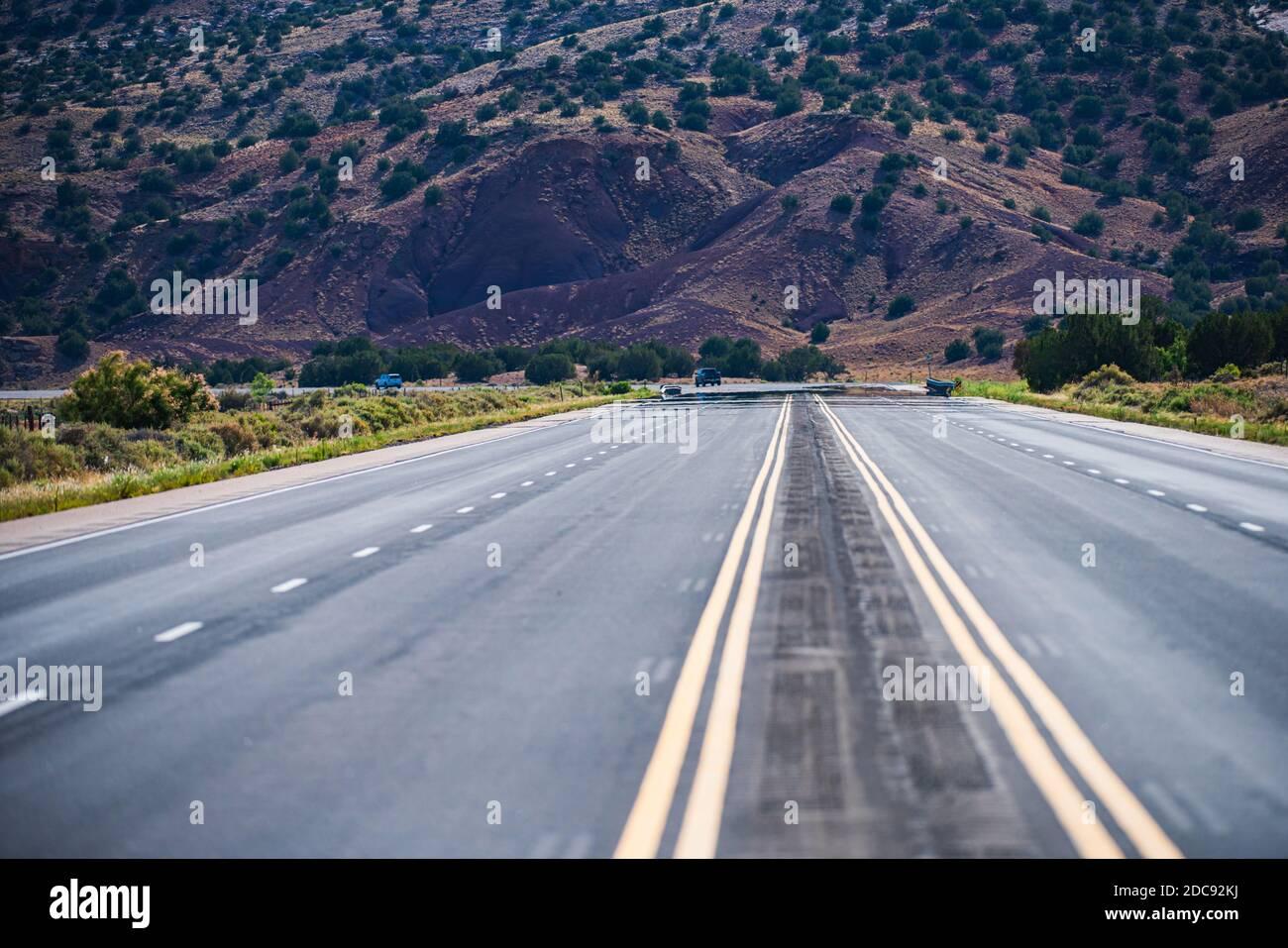 Strada asfaltata panoramica. Monument Valley Road. Concetto di viaggio americano. Foto Stock