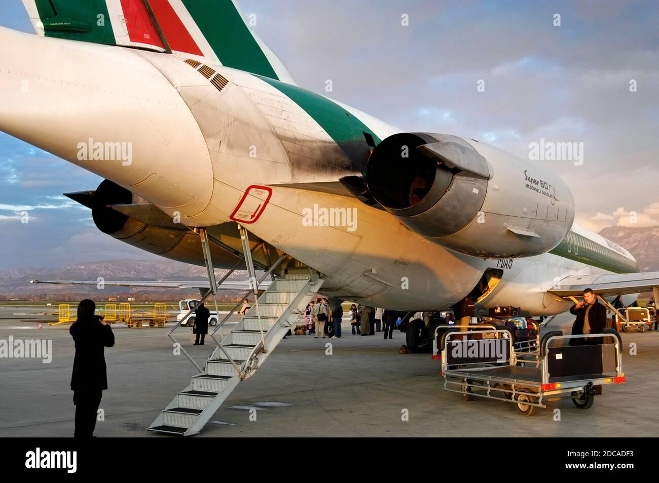 Alitalia volo di scarico all'aeroporto Madre Teresa, Tirana, Albania Foto Stock