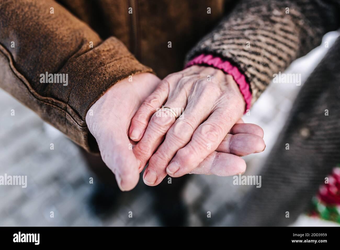 Mani di closeup di anziani. Maschio e femmina. Coppia. Nonno e nonna. Amore per sempre Foto Stock