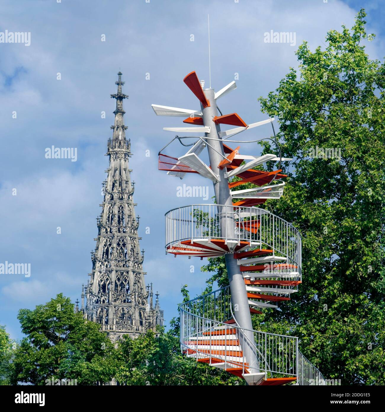 Ulmer Berblinger Tower accanto a Ulm Minster Foto Stock