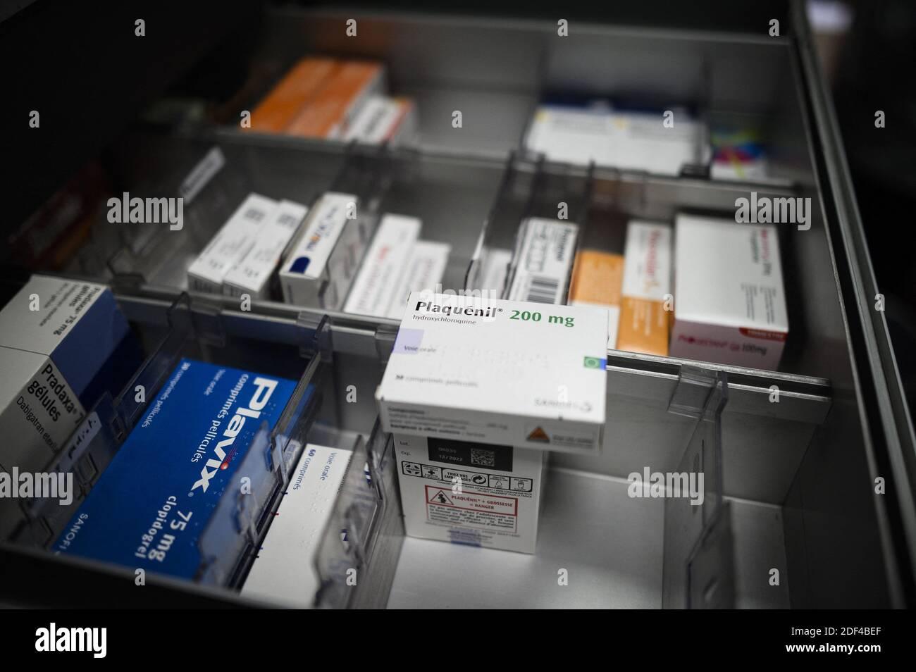 """Una scatola di Plaquenil (o clorochina, idrossiclorochina) il 30 marzo 2020 a Parigi, Francia. La clorochina è un farmaco anti-malaria, usato sia per prevenire la malattia che per curare. È noto con il marchio Nivaquine o, per idrossiclorochina, Plaquenil ed è la forma sintetica di chinina. Domenica, il Dipartimento della Salute e dei servizi umani degli Stati Uniti (HHS) ha dichiarato in una dichiarazione che la clorochina e l'idrossiclorochina potrebbero essere prescritti agli adolescenti e agli adulti con COVID-19 """"come appropriato, quando uno studio clinico non è disponibile o fattibile,"""" dopo che la FDA ha rilasciato un'autorizzazione per l'uso di emergenza. Foto Stock"""