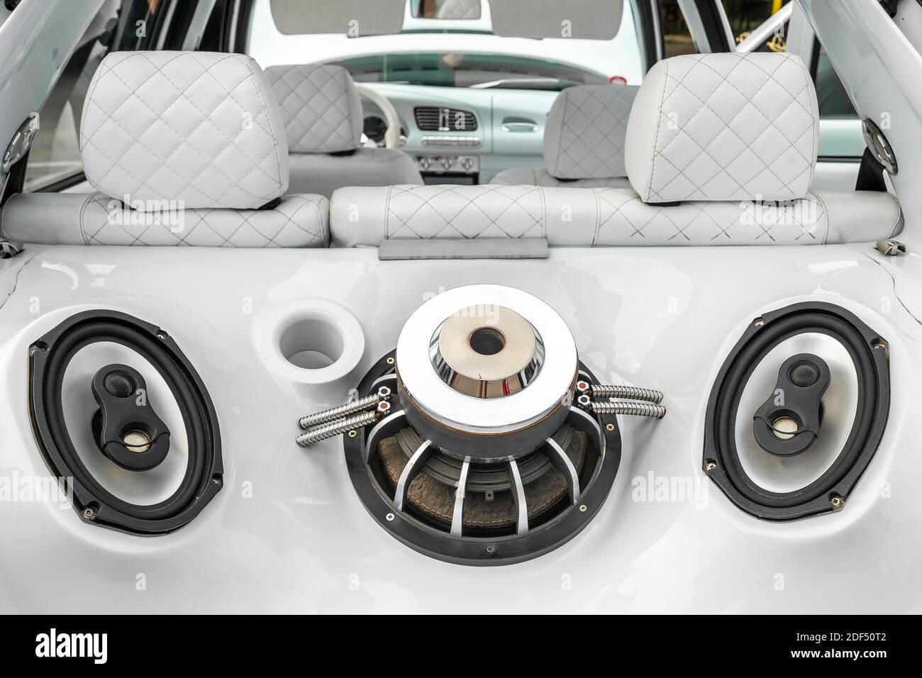 Auto sintonizzata con potente sistema audio e subwoofer nel bagagliaio dell'auto. Interni auto bianchi personalizzati. Foto Stock