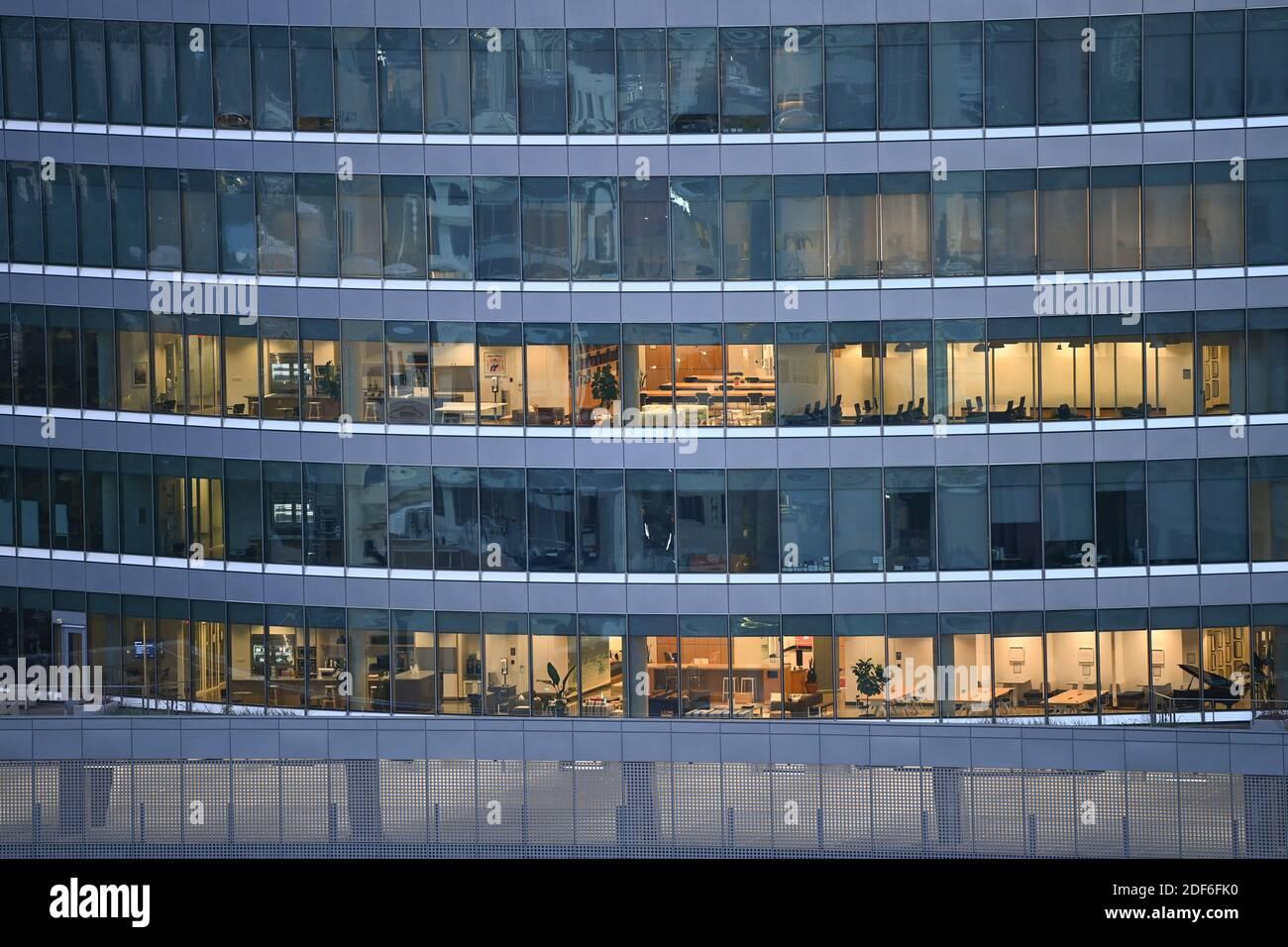 15 agosto 2020 Austin, Texas: Vista del SXSW Center durante un'alba di prima mattina, guardando a nord dal Westgate Building nel centro di Austin. © Bob Daemmrich Foto Stock