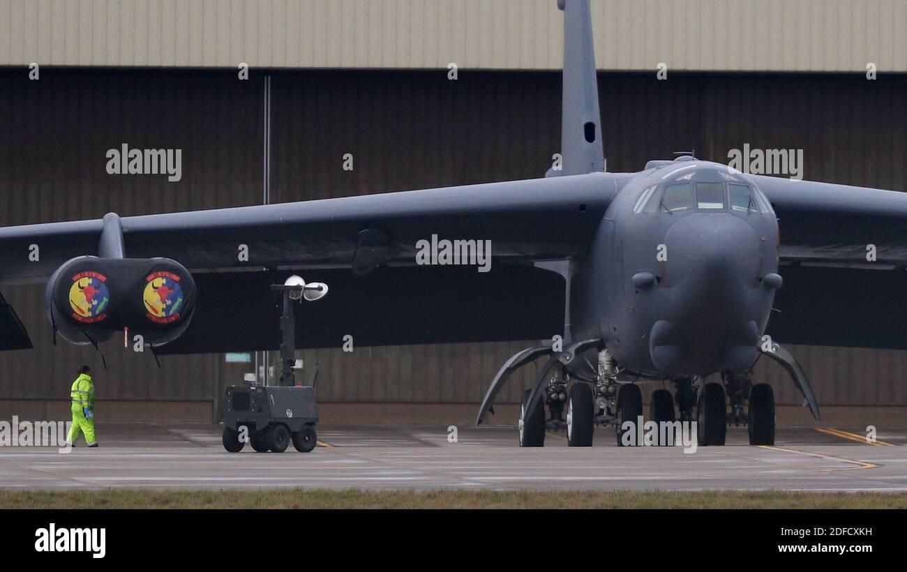 Un ingegnere vicino a un bombardiere USAF B52 presso RAF Fairford in Gloucestershire dopo che l'aereo ha effettuato un atterraggio di emergenza alla base a causa di problemi al motore. Foto Stock