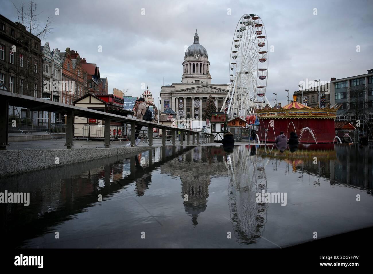 Una vista del mercato di Natale e delle attrazioni in Old Market Square, Nottingham, Mercoledì 2 dicembre 2020. Foto Stock