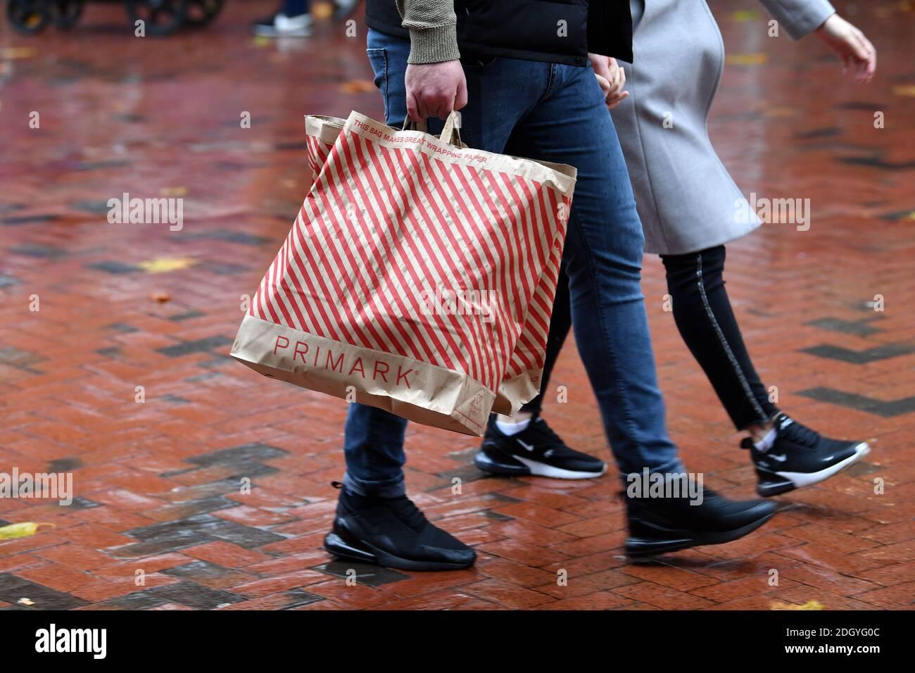 Scenes around Broad Street, Reading, Berkshire, il giorno dopo la chiusura di Lockdown 2, giovedì 3 dicembre 2020. Foto Stock