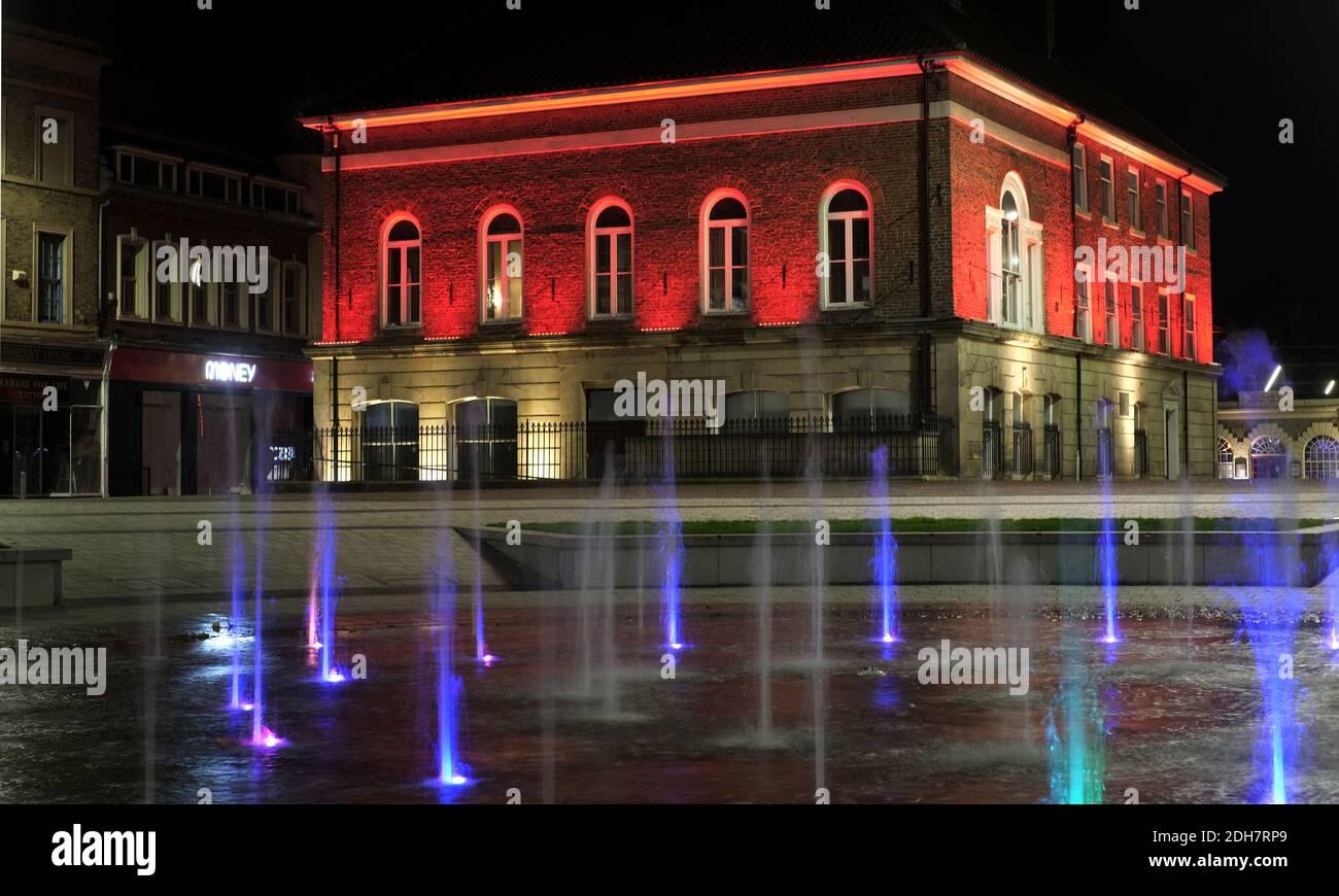 I punti di riferimento di Teesside si sono trasformati in rosso per segnare il giorno della memoria.Stockton Town Sala Foto Stock