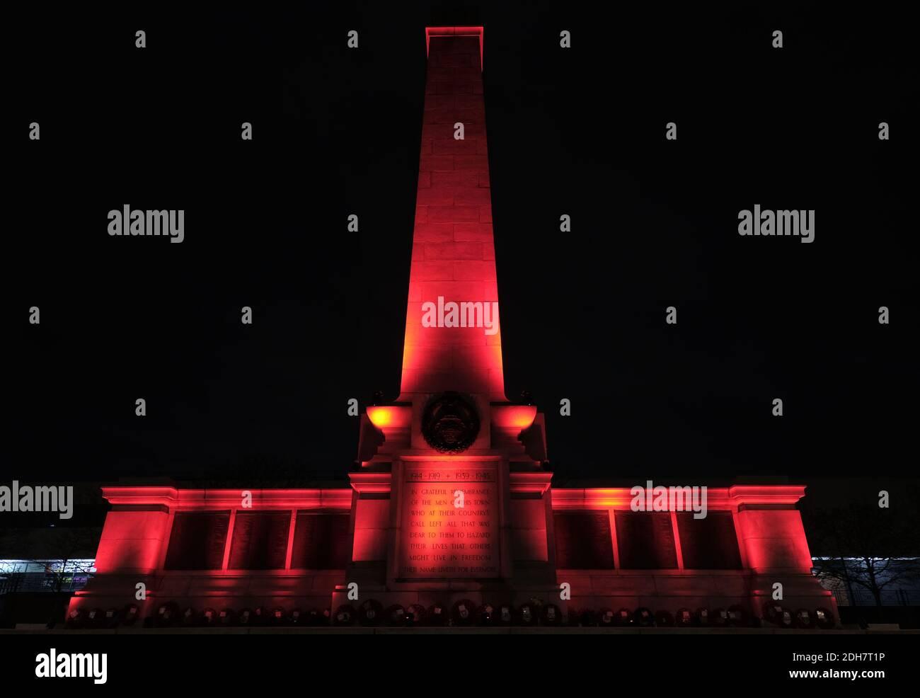 I punti di riferimento attraverso Teesside sono diventato rossi per segnare il giorno della memoria.Hartlepool Cenotaph Foto Stock