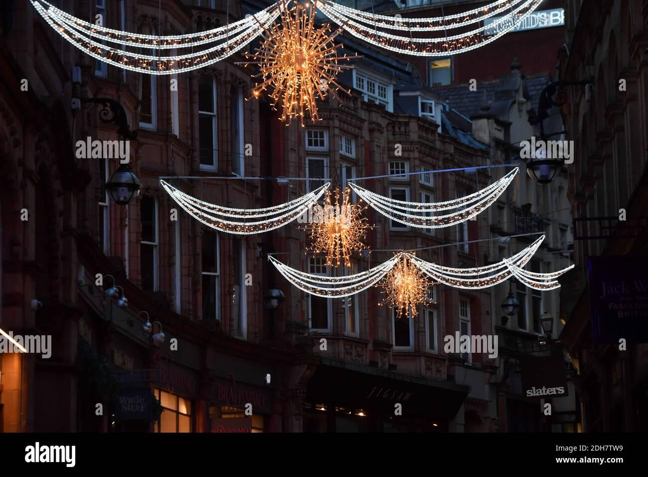 Nella foto, le luci natalizie di Birmingham si accendono per la prossima stagione festiva a New Street e Victoria Square, giovedì 12 novembre 2020. Foto Stock