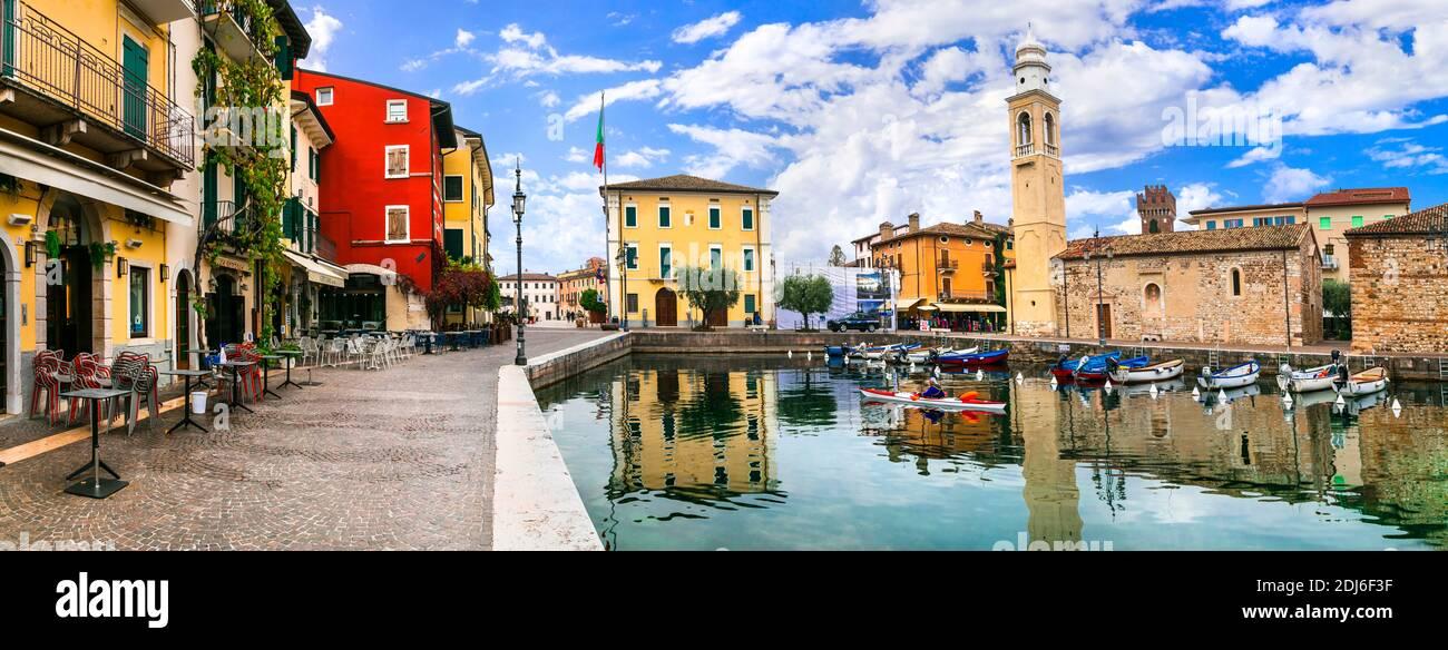 Pittoresco villaggio Lazise con case colorate, lago di Garda. Regione Veneto. nov. 2020 Italia Foto Stock
