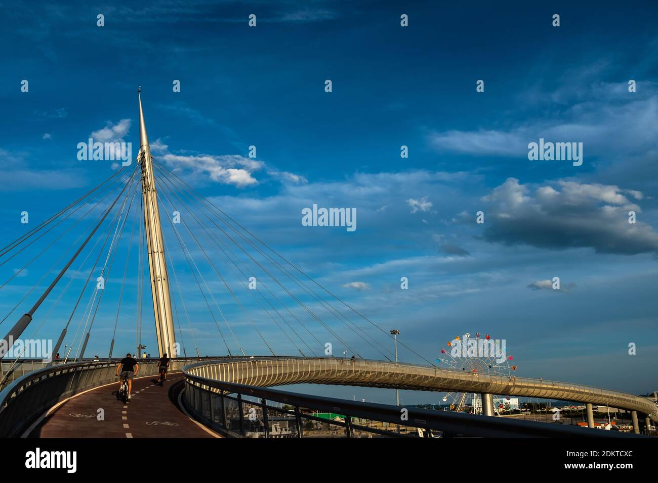 View of the Ponte del Mare, a cycle-pedestrian bridge located in Pescara (Italy). View of the access ramp of the bike path on the north side and the F Foto Stock