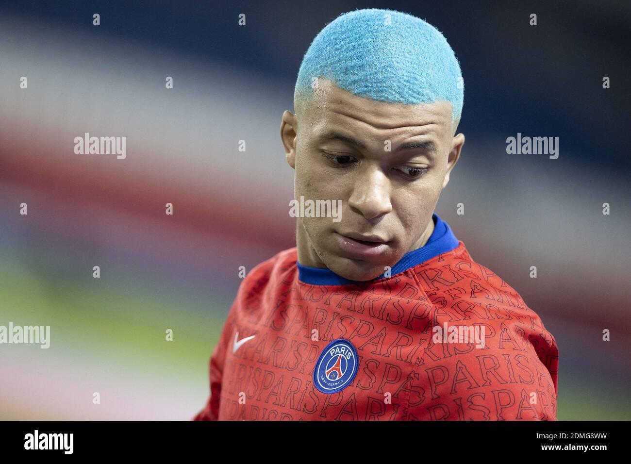 Kylian Mbappe di Parigi Saint Germain sport nuovi capelli blu ...