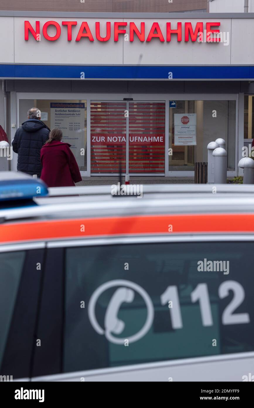 Suhl, Germania. 17 dicembre 2020. Le persone vanno al pronto soccorso di SRH Zentralklinikum Suhl. Attualmente l'ospedale dispone di 24 letti di terapia intensiva, 15 dei quali sono occupati da Covid 19 pazienti. Credit: Michael Reichel/dpa-Zentralbild/dpa/Alamy Live News Foto Stock