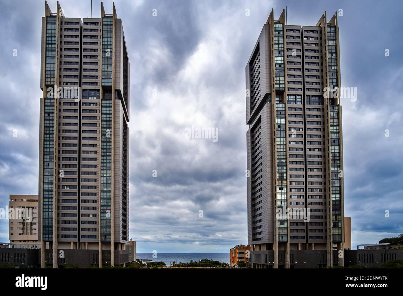 Basso Angolo di visione degli edifici contro il cielo nuvoloso Foto Stock