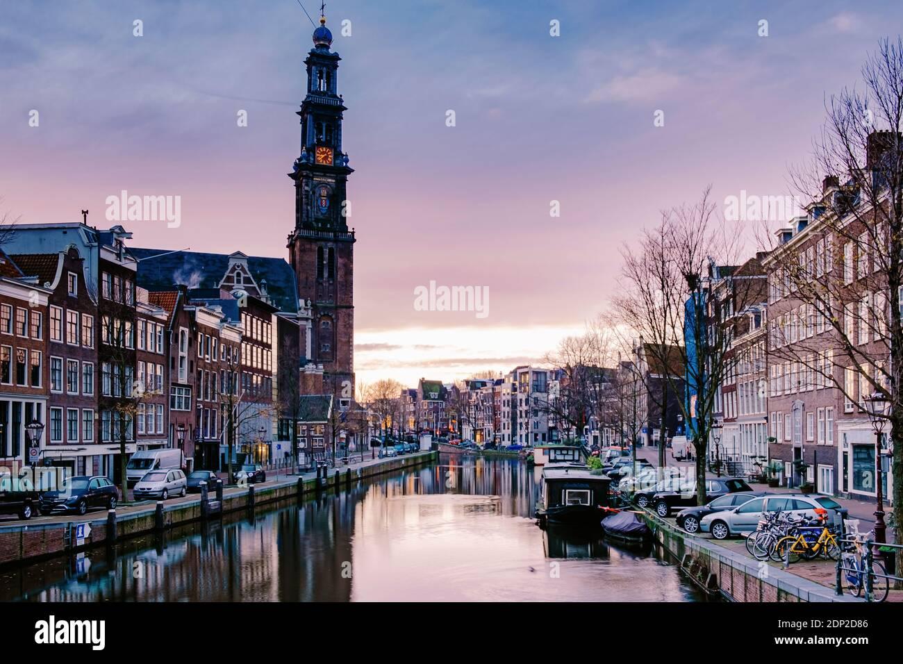Canali di Amsterdam alla luce della sera, canali olandesi di Amsterdam Olanda Paesi Bassi durante l'inverno nei Paesi Bassi. Europa Foto Stock