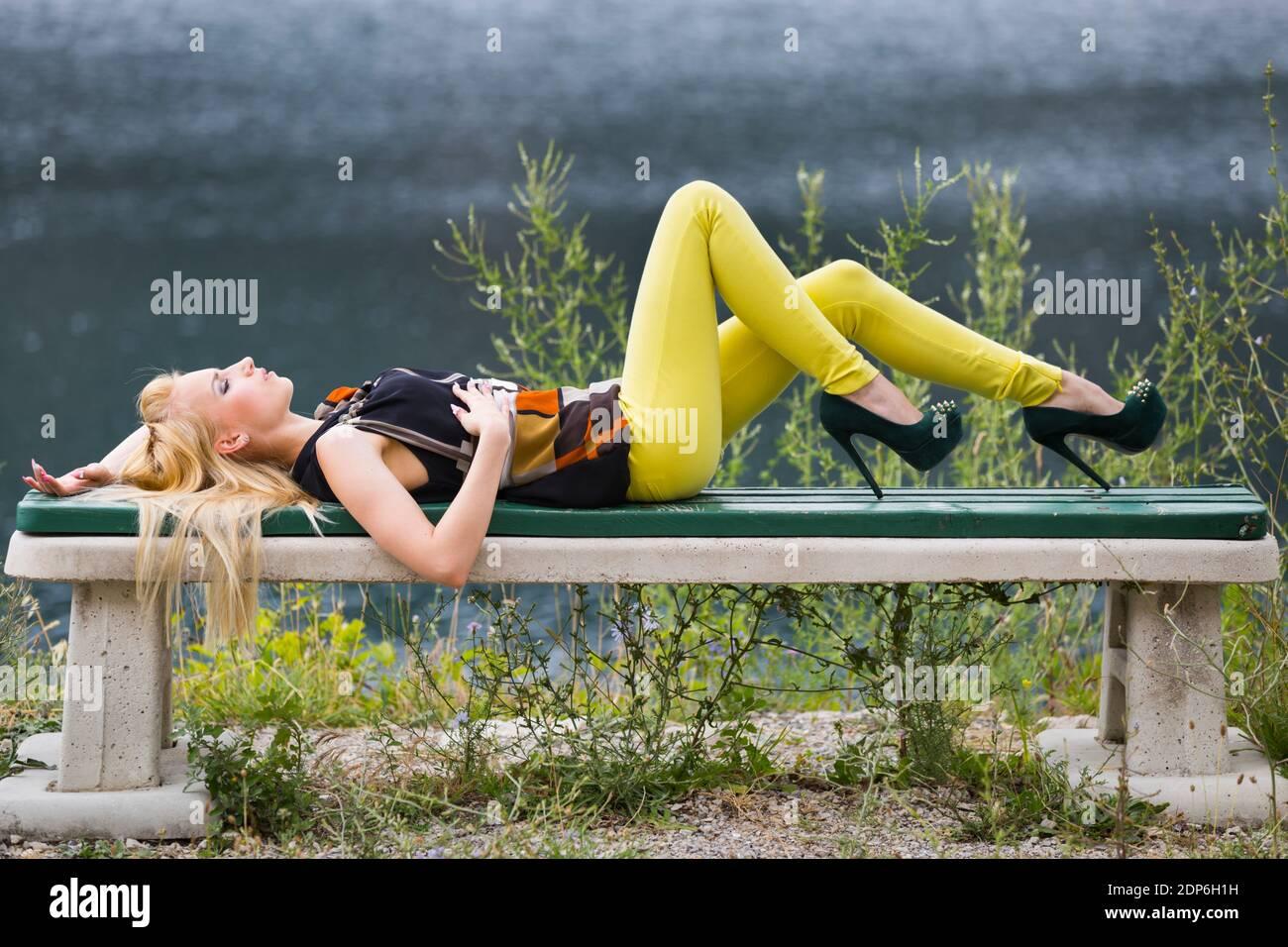 Adolescente aka giovane donna gambe tacchi Foto Stock