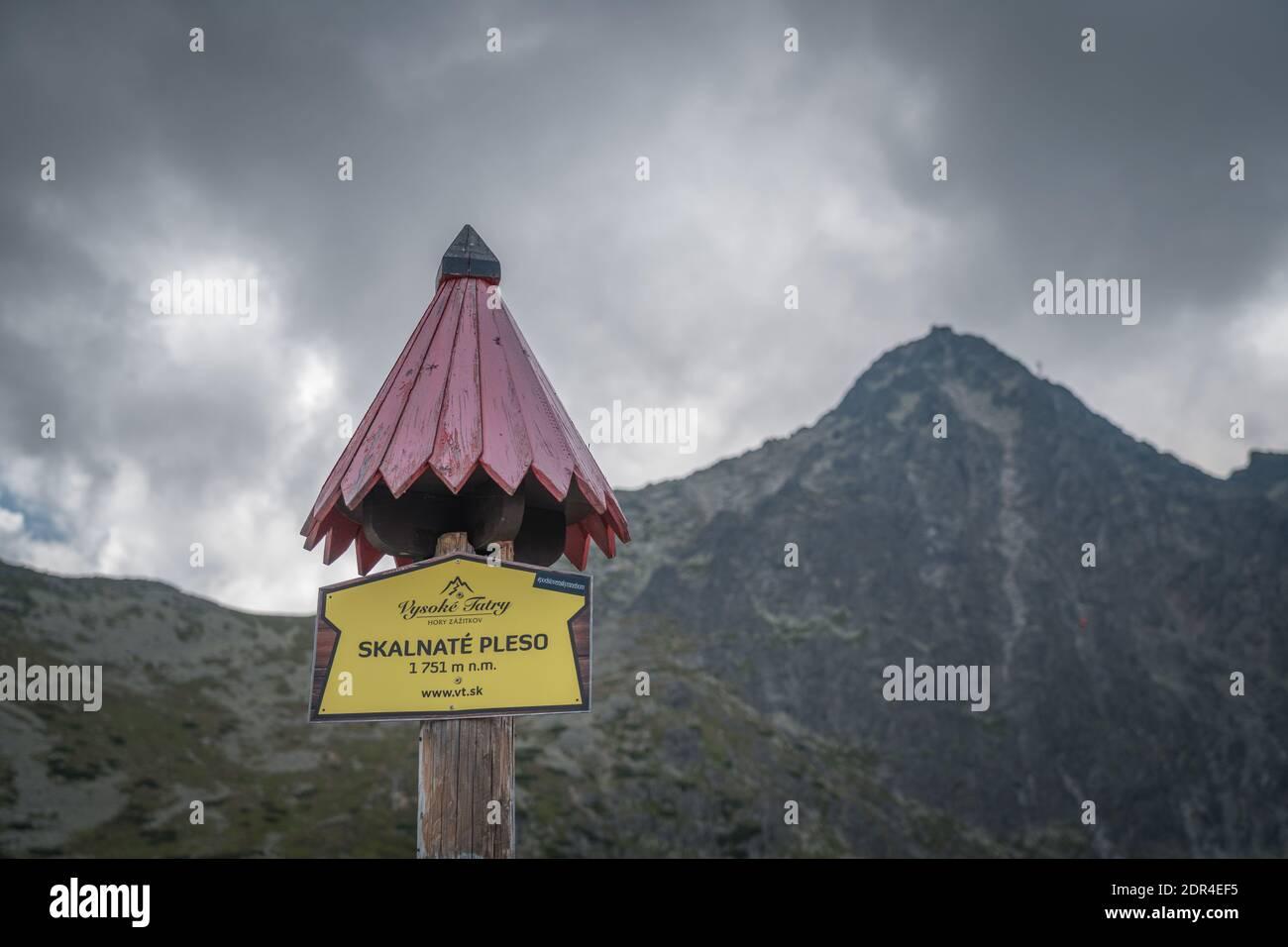 TATRANSKA LOMNICA, SLOVACCHIA, 2020 AGOSTO - Skalnate pleso segno su palo di legno con tetto in Slovacchia. Si tratta di un lago situato nelle montagne degli alti Tatra Foto Stock