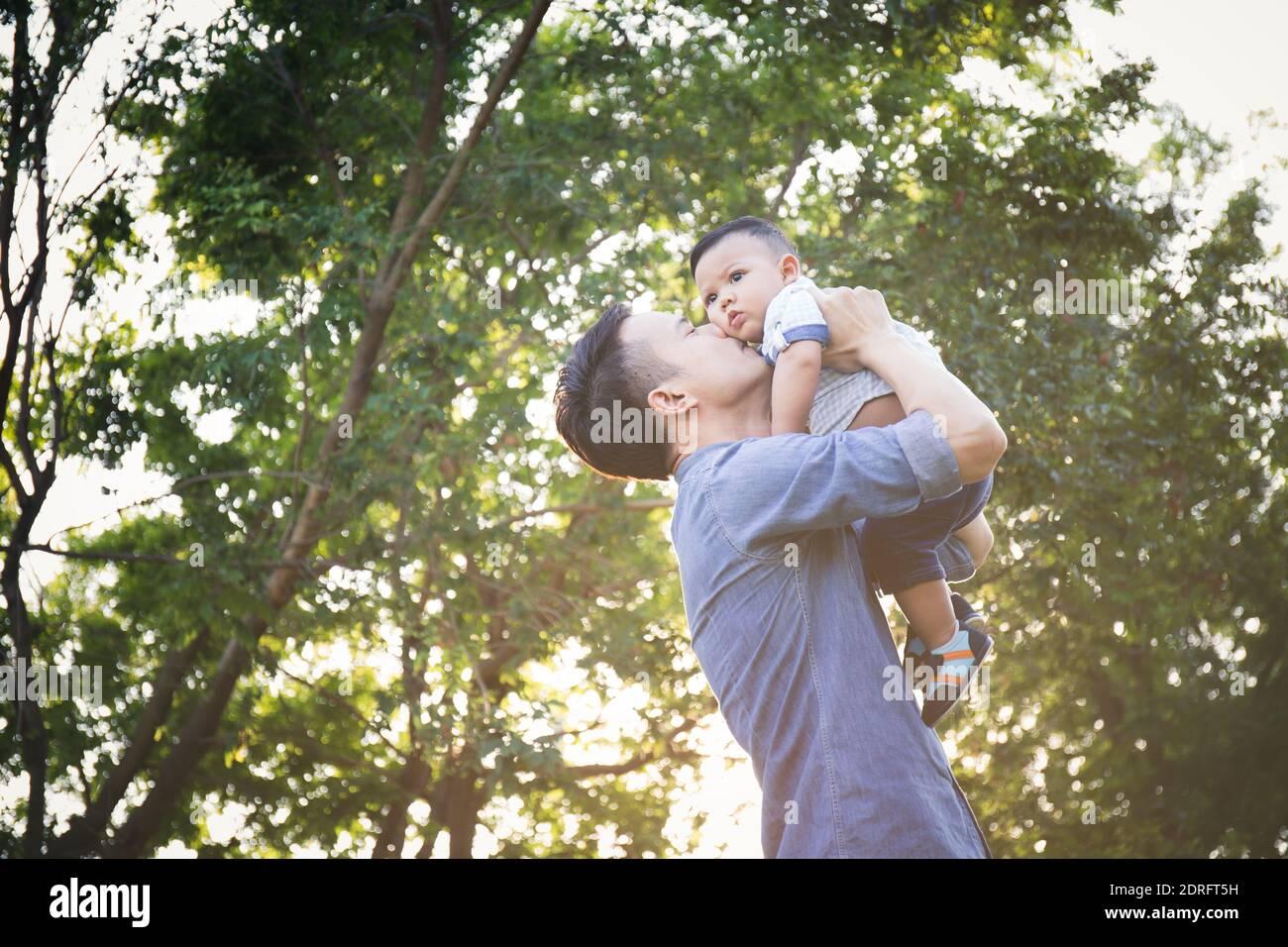 Padre e Figlio contro gli alberi Foto Stock