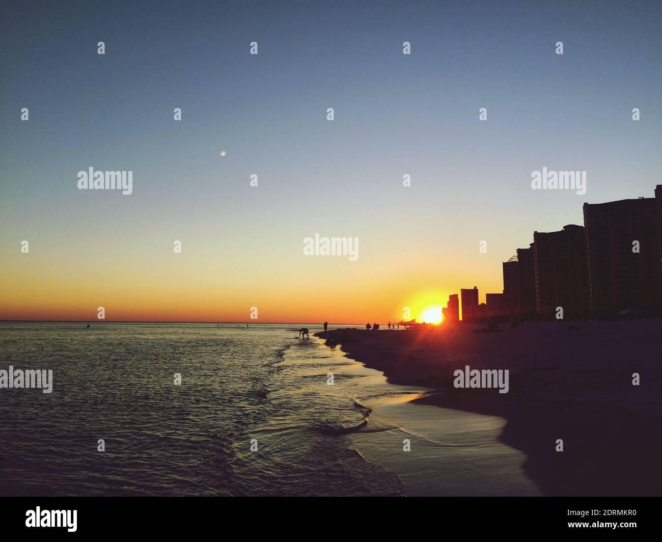 Vista panoramica del mare contro il cielo chiaro al tramonto Foto Stock