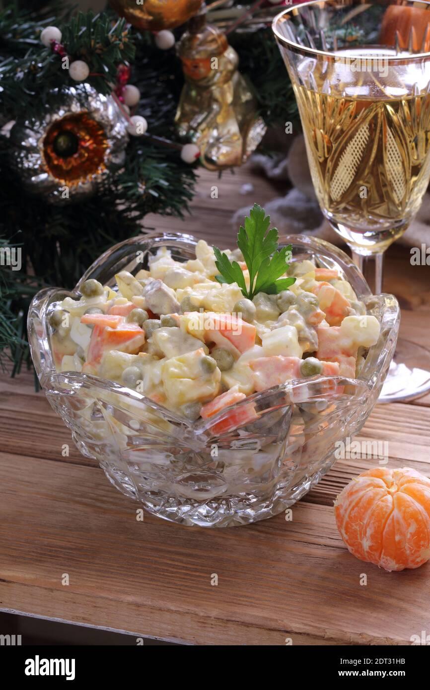 Decorazioni Natalizie Per Insalata Russa.Tradizionale Insalata Di Natale Russa Olivier Con Champagne E Tangerini Foto Stock Alamy