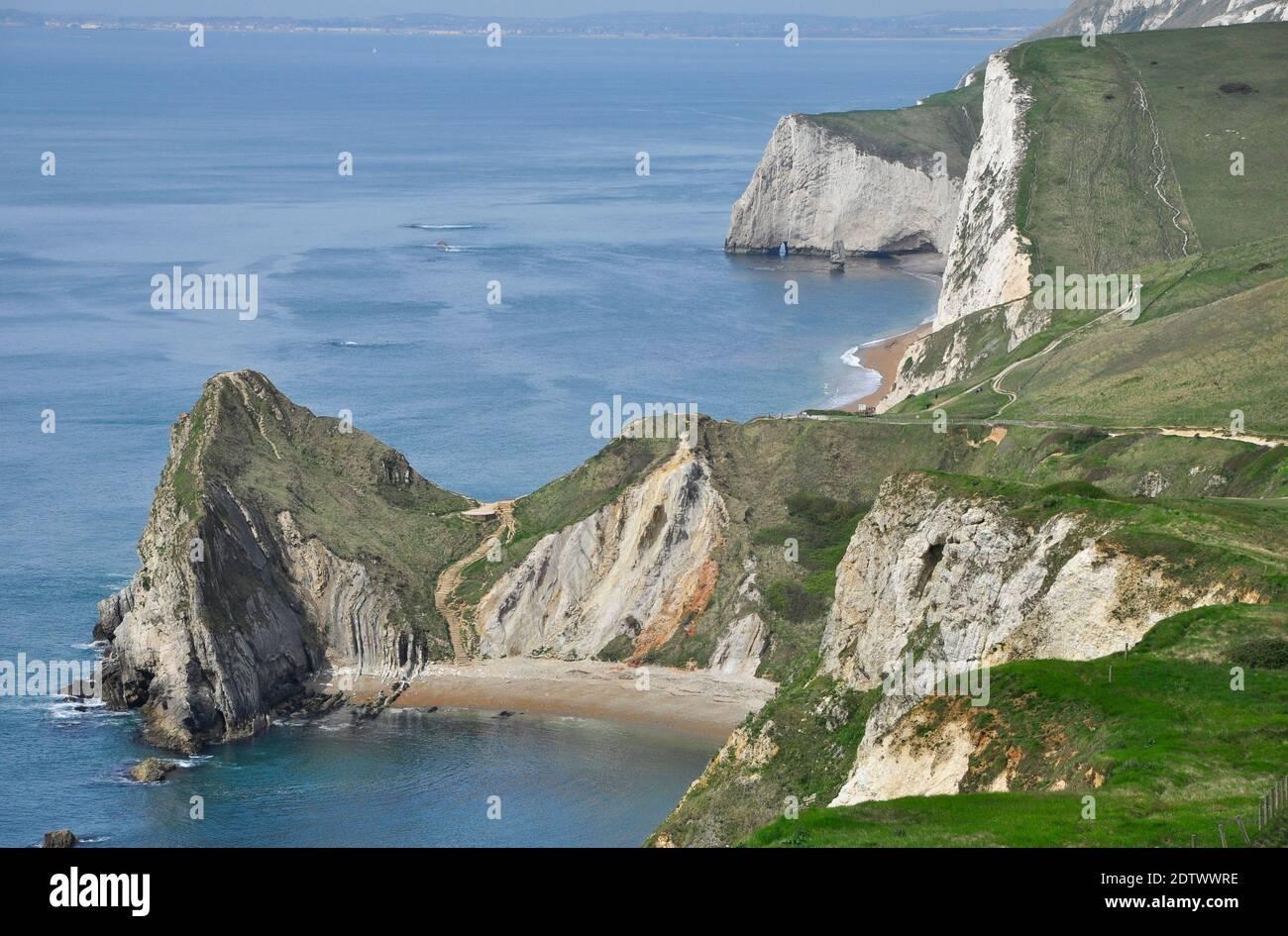 Guardando ad ovest con Durdle Door e le scogliere di gesso di Swyre Head e Bat's Head.Part della costa Jurrasic di Dorset.UK Foto Stock