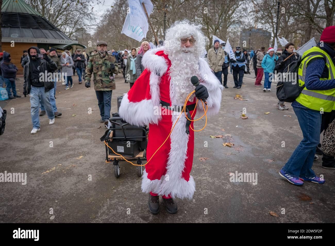 Coronavirus: Anti-blocco 'Santa salva la protesta di Natale al Speakers' Corner, Hyde Park, Londra, Regno Unito. Foto Stock