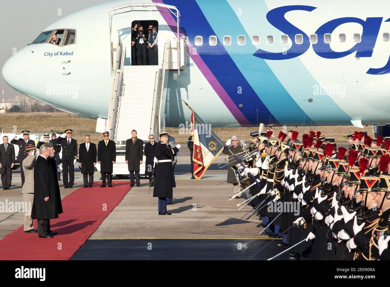 Il Presidente afgano Hamid Karzai è ricevuto dal Ministro francese responsabile della cooperazione Henri de Raincourt all'aeroporto di Orly, fuori Parigi, Francia, il 27 gennaio 2012. Karzai sta per un viaggio europeo di cinque giorni per firmare accordi di partenariato strategico a lungo termine volti a rafforzare il sostegno alla ricostruzione e allo sviluppo dell'Afghanistan. Foto di Stephane Lemouton/ABACAPRESS.COM Foto Stock
