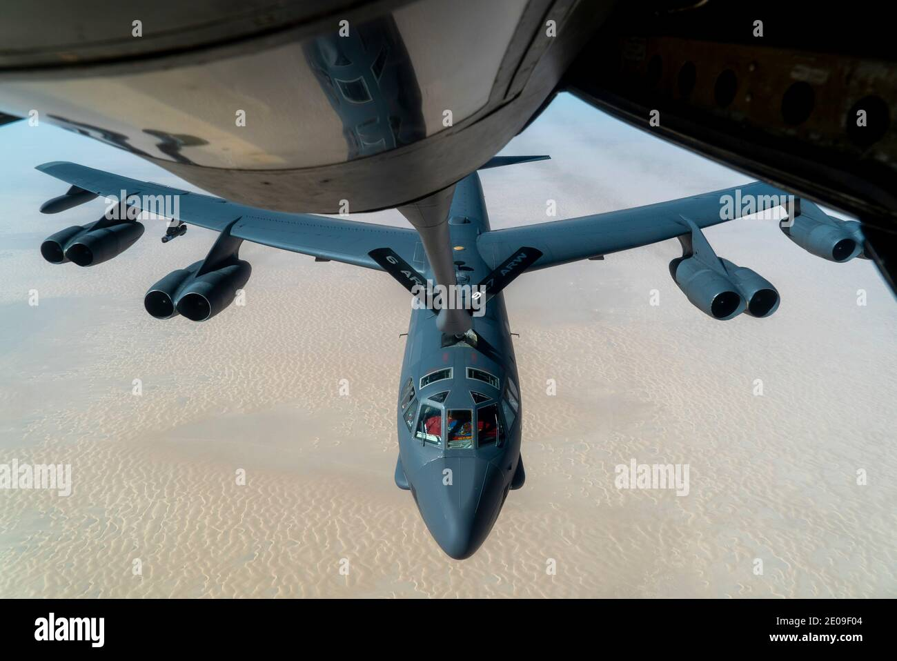 Golfo Persico, Stati Uniti. 30 dicembre 2020. Un aereo bombardiere strategico dell'aeronautica degli Stati Uniti B-52 della 5.a Bomb Wing, si avvicina ad un KC-135 Stratotanker per rifornire il 30 dicembre 2020 sopra il Golfo Persico. Il bombardiere è il terzo esempio della missione di forza come messaggio per l'Iran. Credit: Planetpix/Alamy Live News Foto Stock