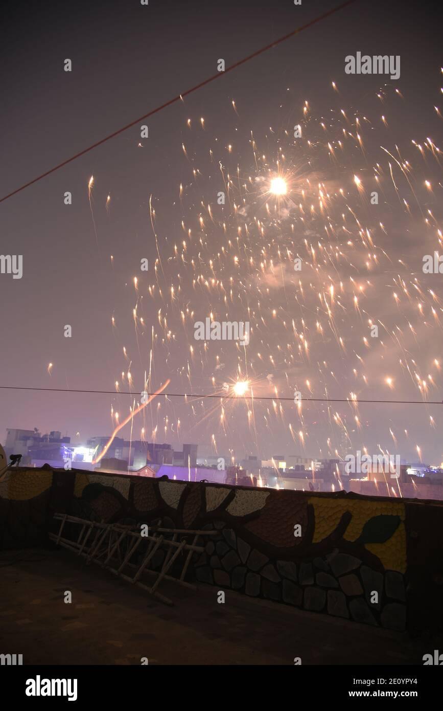 Fuochi d'artificio cielo incredibile brillare cielo durante la celebrazione religiosa indiana Diwali / Depawali a Nuova Delhi, India Foto Stock