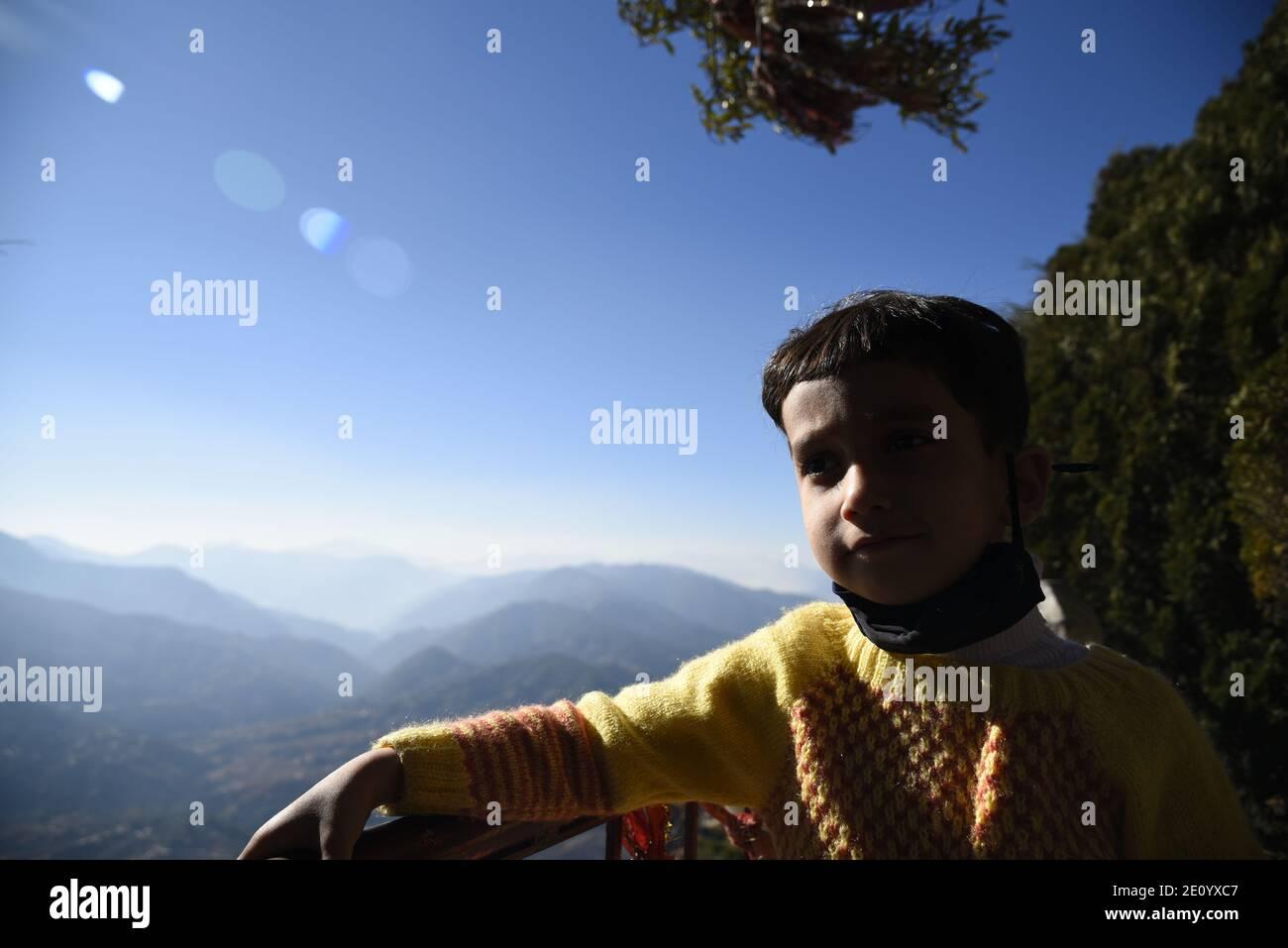 Neve panoramica Himalaya montagna vista da Hindu Lord Shiva Mukteshwar Tempio situato nel distretto Nainital Uttarakhand stato. Foto Stock