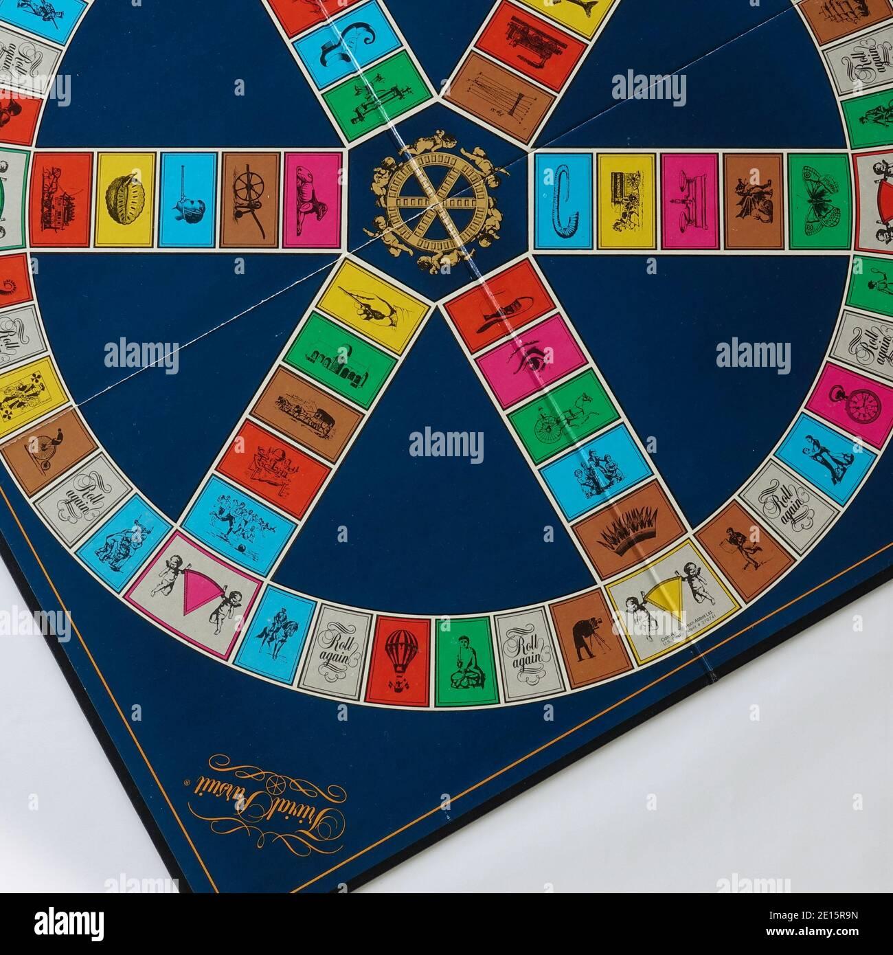 Orlando, FL USA - 12 febbraio 2020: Gioco Trivial Pursuit impostato per giocare, che è un gioco da tavolo dove la vittoria è determinata dalla capacità di un giocatore ad A. Foto Stock