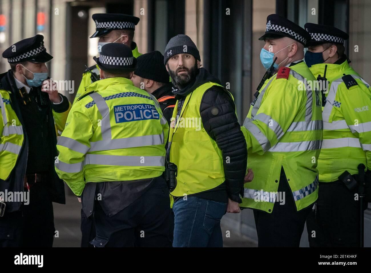 Coronavirus: Gli arresti vengono effettuati durante un tentativo di dimostrazione anti-blocco in Piazza del Parlamento, Londra, contro le attuali restrizioni di blocco. Foto Stock