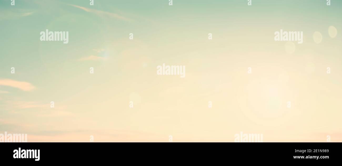 Offuscamento astratto mattina natura cielo bokeh texture concetto di sfondo per la calma fede orizzonte paesaggio, chiaro tramonto luce sfocata, sole sulla spiaggia di sabbia Foto Stock