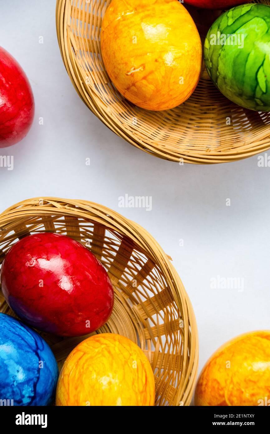 uova colorate in colori gioiosi tradizione originale per pasqua Foto Stock