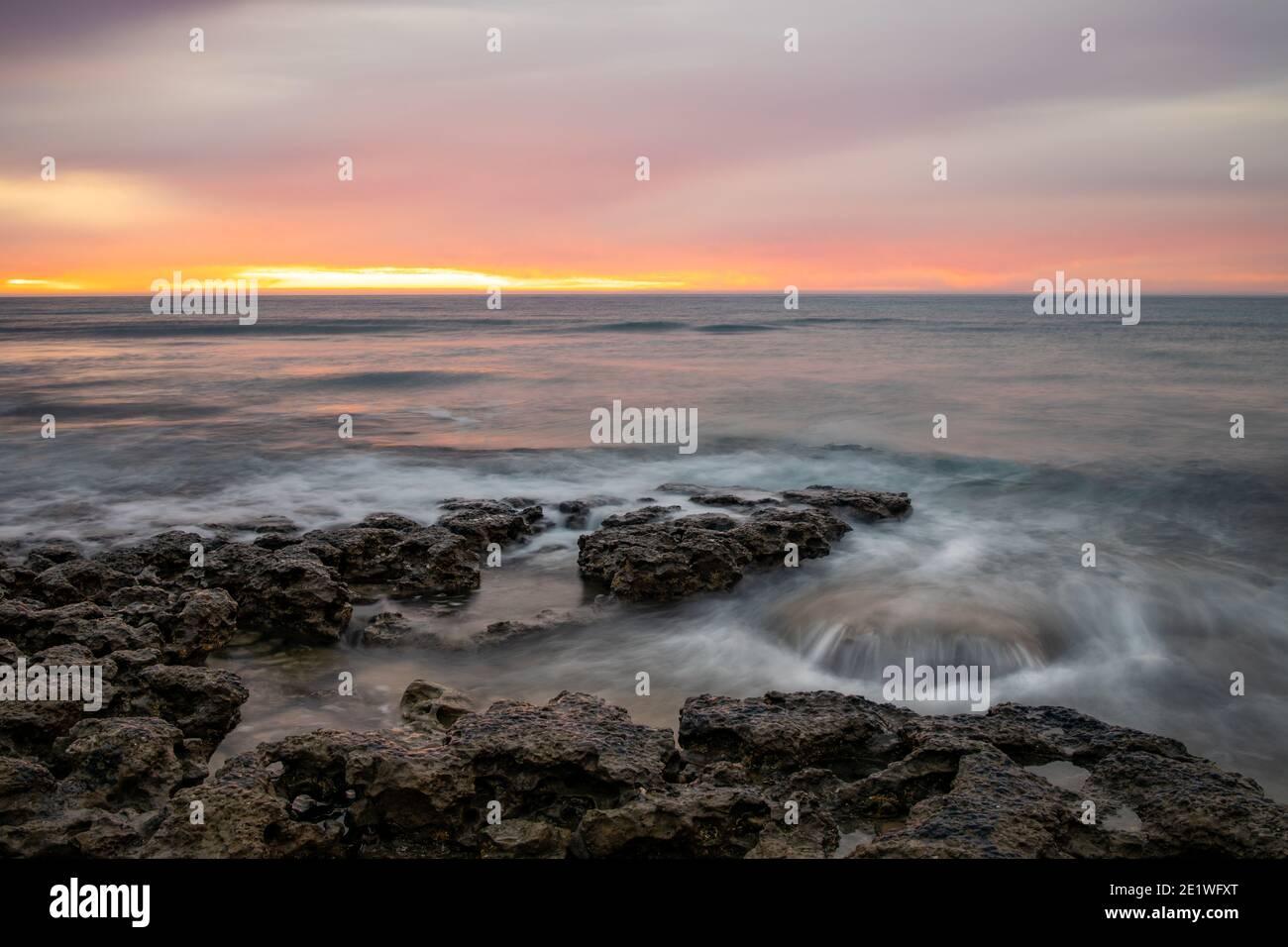 Un tramonto vibrante la spiaggia di Willunga porto in Sud Australia Il 1 gennaio 2021 Foto Stock