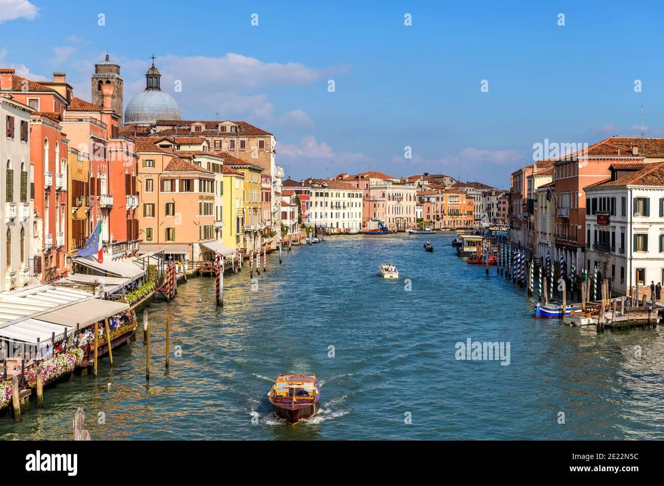 Canal Grande - una vista soleggiata di un'ampia sezione del Canal Grande, vicino alla stazione ferroviaria di Santa Lucia, come si vede dal Ponte Scalzi. Venezia, Italia. Foto Stock