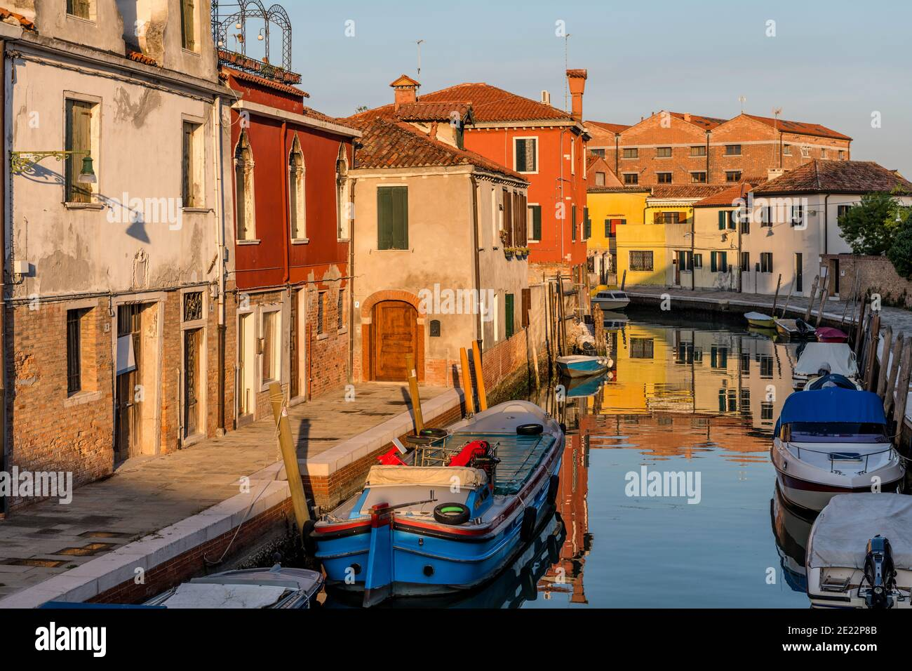 Tramonto su un piccolo canale - Vista al tramonto di un canale stretto, vecchio, ma colorato sulle Isole Murano. Venezia, Italia. Foto Stock