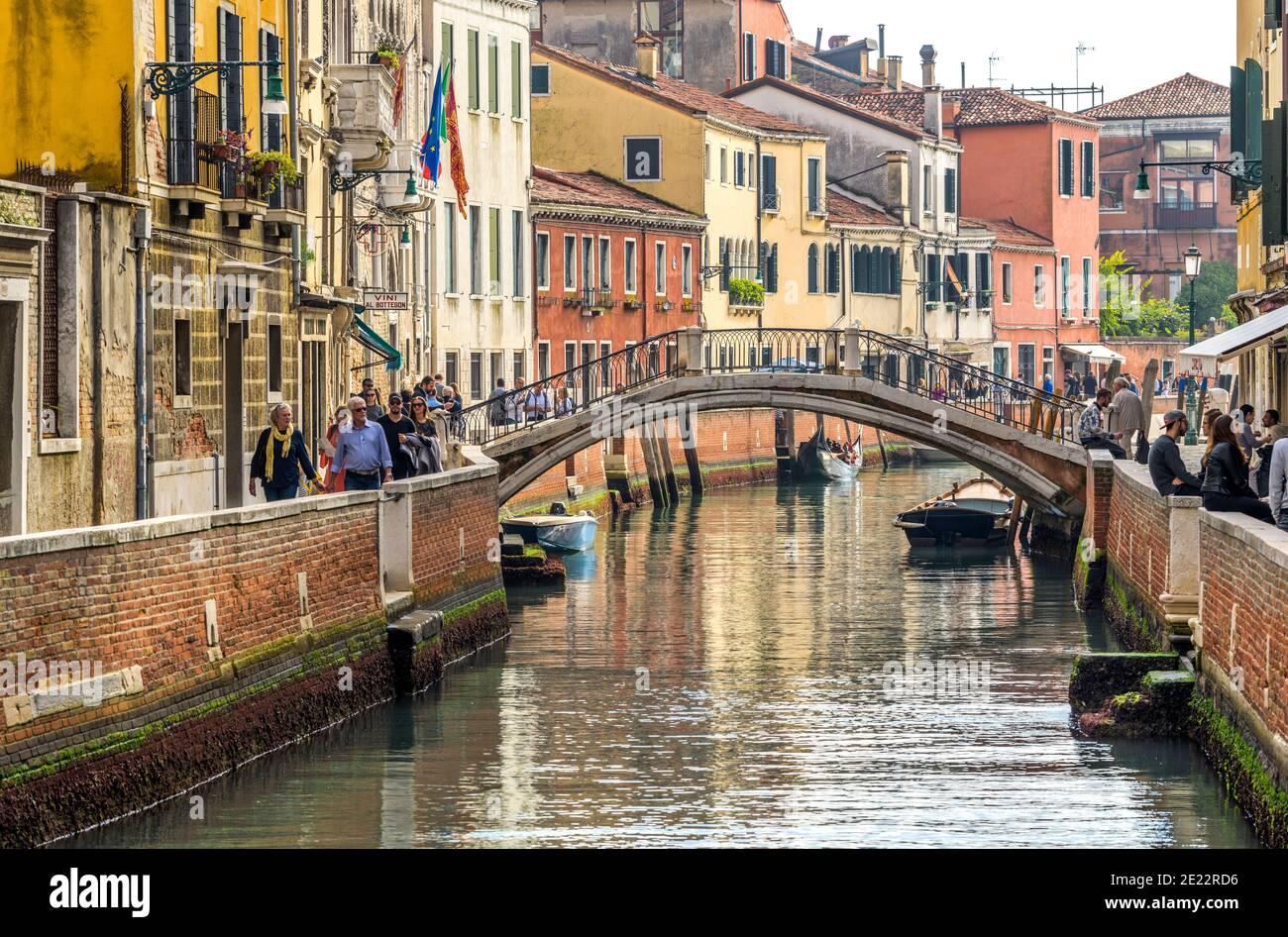 Rio e Ponte di San Trovaso - Ottobre pomeriggio vista di un piccolo canale, Rio de San Trovaso, a un ponte di pietra, Ponte San Trovaso, a Venezia, Italia. Foto Stock