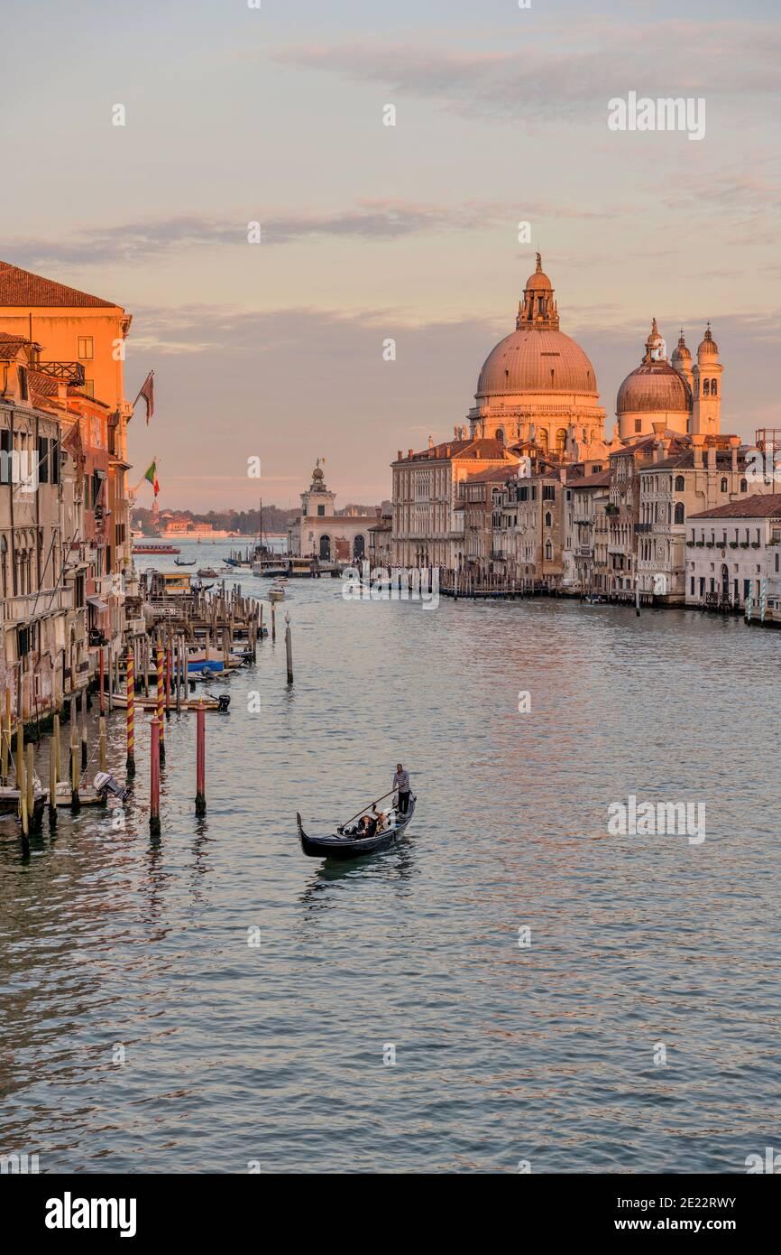 Sunset Grand Canal - UNA gondola turistica che scivola sulle acque calme all'estremità sud del Canal Grande, in una tranquilla serata di ottobre. Venezia, Veneto, Italia. Foto Stock